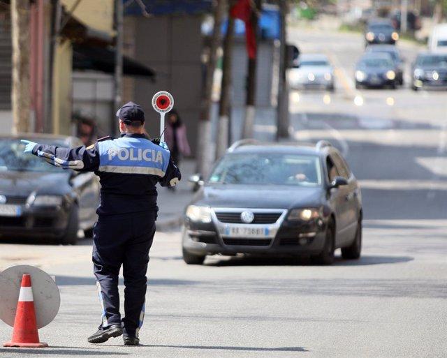 Un policía en Tirana, Albania