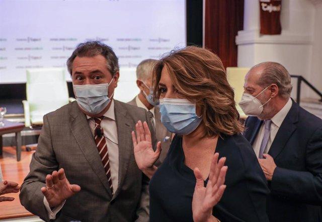 Archivo - La secretaria general del PSOE de Andalucía, Susana Díaz junto al alcalde de Sevilla, Juan Espadas