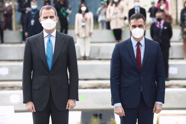 El Rey Felipe VI (i), y el presidente del Gobierno, Pedro Sánchez, durante la inauguración del nuevo campus de Airbus, a 15 de abril de 2021, en Getafe, Madrid, (España). Este campus convierte a la región en la tercera con mayor superficie aeroespacial de