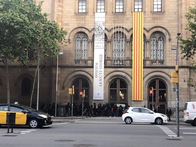Estudiants ocupen l'edifici central de la UB a Barcelona.