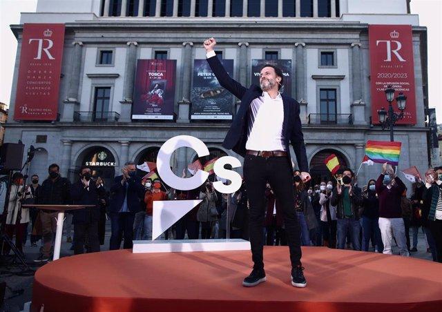 El candidato de Cs a la Presidencia de la Comunidad de Madrid, Edmundo Bal, durante la apertura de campaña y pegada de carteles.