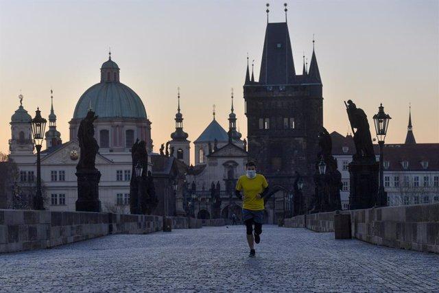 Archivo - Un hombre con mascarilla en la capital de República Checa, Praga, durante la pandemia de coronavirus