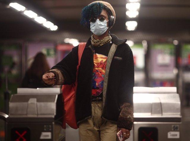 Archivo - Un pasajero con un billete en los torniquetes del metro de Oporto.