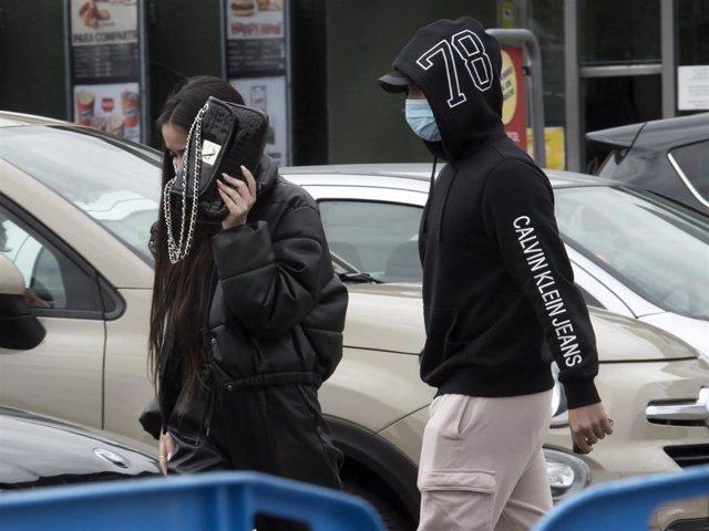 Julia Janeiro y su novio, Brayan Mejía, intentando pasar desapercibidos tras hacer la compra en un supermercado cercano a su domicilio