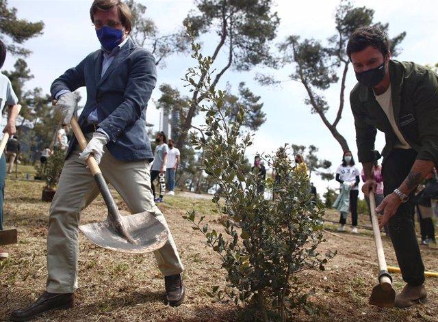 El alcalde de Madrid, José Luis Martínez-Almeida (i), acompañado del delegado del Área de Medio Ambiente y Movilidad, Borja Carabante, planta una encina en el Parque de La Ventilla, a 19 de abril de 2021 en Madrid (España). Ambos han participado en la pla