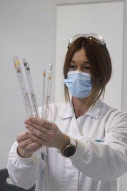 Arxiu - Una treballadora de la fàbrica de Reig Jofre de Barcelona al laboratori.