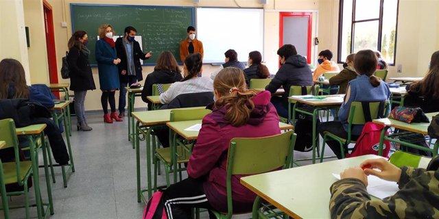 La delegada de Educación y Deporte en Córdoba, Inmaculada Troncoso (segunda por la izda.), visita una clase bilingüe en el IES Ángel de Saavedra.