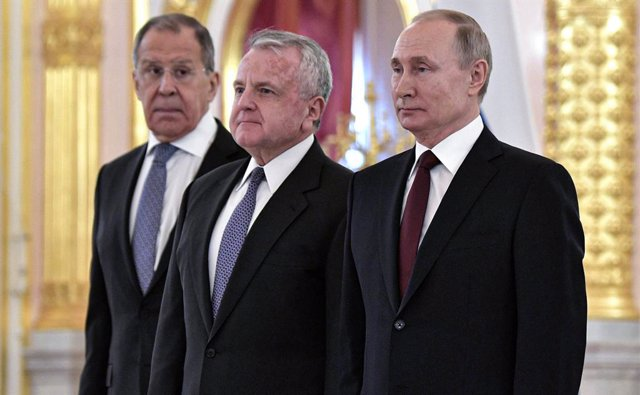 Archivo - HANDOUT - 05 February 2020, Russia, Moscow: (L-R) Russian Foreign Minister Sergei Lavrov, US Ambassador to Russia John Sullivan and Russian President Vladimir Putin pose for a photo during a ceremony to receive credentials from newly appointed f