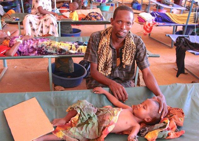 Archivo - Imagen de archivo de un padre con su hijo en Somalia.