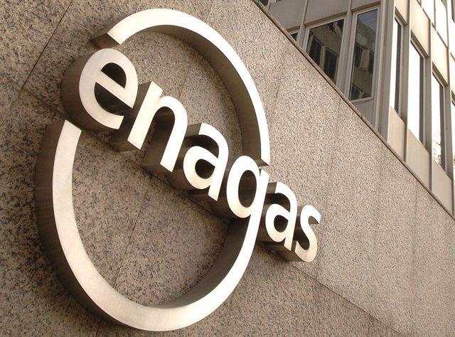 Archivo - Sede central de Enagás y logo de la compañía