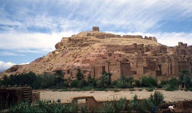 Paisaje de una ciudad dle desierto integrada en su entorno