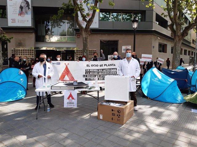 Acampada de la CEOH ante la Conselleria de Sanidad