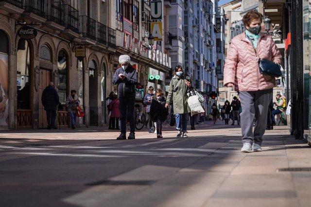 Varias personas caminan por una calle céntrica de Vitoria, que desde este miércoles 7 de abril cuenta con un nuevo cierre perimetral, a 7 de abril de 2021, en Vitoria, Álava, Euskadi, (España).