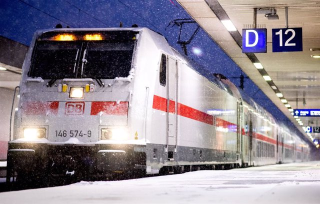 Archivo - 07 February 2021, Lower Saxony, Hanover: A Deutsche Bahn Intercity (IC) train stands on a platform at Hanover central station during snowfall. Photo: Hauke-Christian Dittrich/dpa