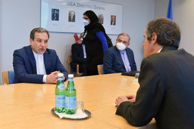 El viceministro de Exteriores de Irán, Abbas Araqchi (i), durante una reunión en Viena con el director general de la Agencia Internacional de la Energía Atómica, (AIEA), Rafael Grossi (d)