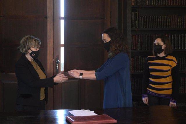 Archivo - La abogada del Estado Consuelo Castro Rey (i) recibe las llaves del pazo de Meirás de manos de la jueza Marta Canales Gantes, en el interior del edificio, en Sada, A Coruña, Galicia, (España), a 10 de diciembre de 2020