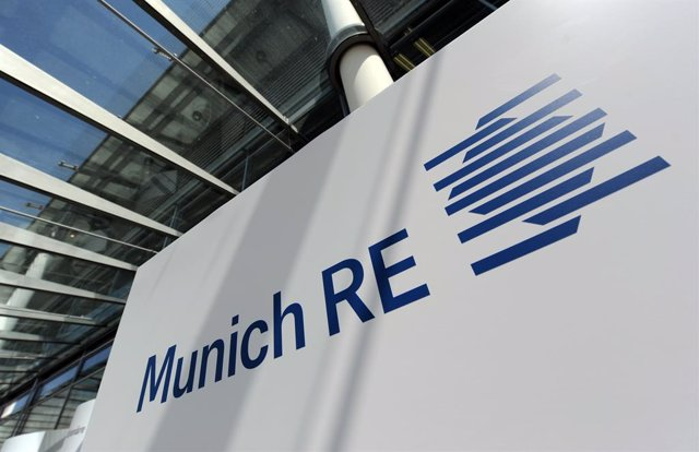 Archivo - FILED - 28 April 2010, Munich: A general view of the Munich Re logo at the entrance of their offices in Munich. The world's biggest re-insurance company, Munich Re, wants closer cooperation between insurers and the state in order to bolster defe