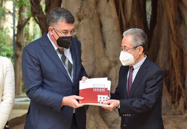 El síndic de Greuges, Ángel Luna, entrega al presidente de Les Corts, Enric Morera,  la memoria de la institución