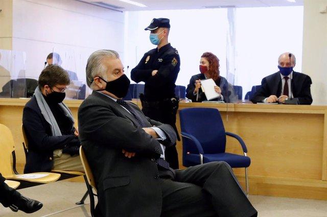 Archivo - El extesorero del PP Luis Bárcenas durante el juicio por la presunta caja 'b' del PP, que comienza este lunes, en San Fernando de Henares, Madrid, (España), a 8 de febrero de 2021. El juicio se centrará en las declaraciones de Bárcenas después d