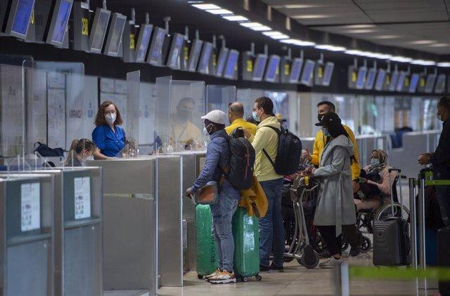Varios pasajeros se disponen a facturar para coger uno de los últimos vuelos destino Casablanca (Marruecos), en la Terminal T1 del Aeropuerto Madrid - Barajas Adolfo Suárez, en Madrid (España), a 30 de marzo de 2021. La Dirección General de Aviación Civil