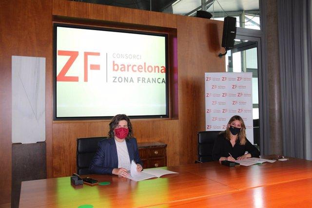 La directora general del CZFB, Blanca Sorigué, y la directora de Casa Amèrica Catalunya, Marta Nin, en la firma del convenio de colaboración