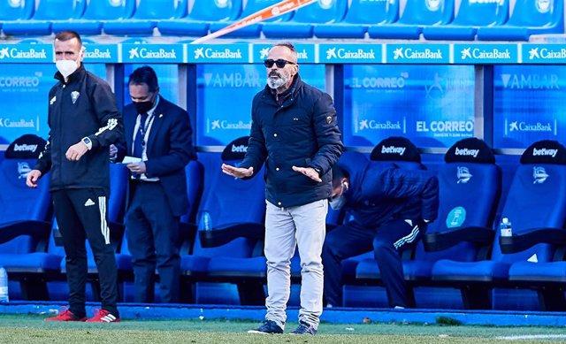 Archivo - Alvaro Cervera, head coach of Cadiz, during the Spanish league, La Liga Santander, football match played between Deportivo Alaves and Cadiz CF at Mendizorroza stadium on March 13, 2021 in Vitoria, Spain.