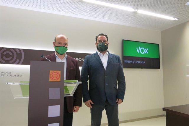 El portavoz de VOX en las Cortes de Aragón, Santiago Morón, junto al diputado autonómico David Arranz, en rueda de prensa.