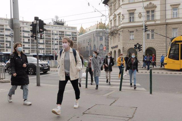 Archivo - Personas con mascarilla en Budapest