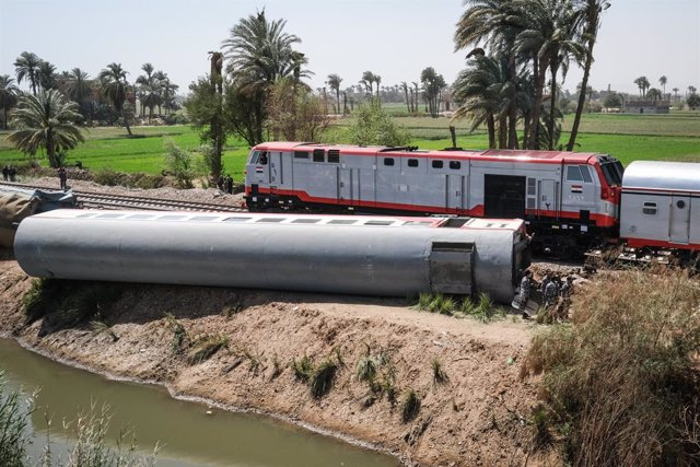 27 March 2021, Egypt, Tahta: A general view of the scene where two passenger trains collided near Tahta in Sohag Governorate. Egyptian media said the collision caused some carriages to derail, killing at least 32 people and injuring dozens of others. Phot
