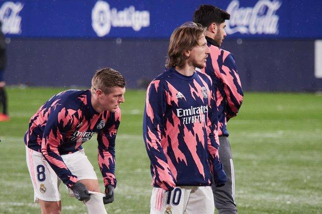 Archivo - Luka Modric and Toni Kroos of Real Madrid  warms up before the spanish league, LaLiga, football match played between CA Osasuna v  Real Madrid CF at El Sadar Stadium on january 09, 2021 in Pamplona, Navarra, Spain.