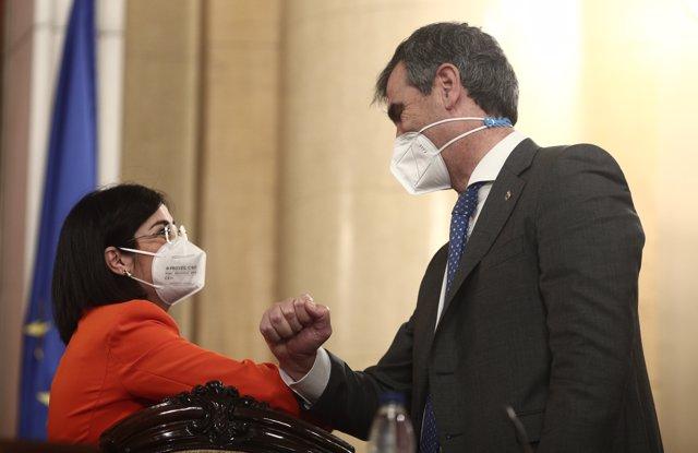 La ministra de Sanidad, Carolina Darias saluda al vicepresidente segundo de la Comisión de Sanidad, Antonio Román durante su comparecencia ante la Comisión de Sanidad del Senado