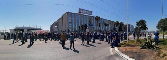 Trabajadores de Airbus en Puerto Real manifestándose en la puerta de la planta