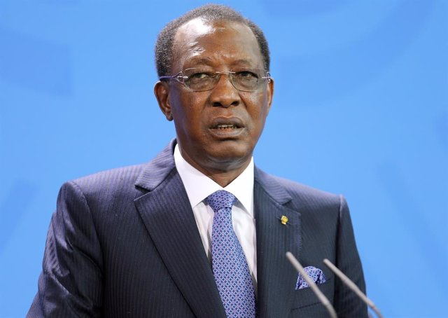 Archivo - FILED - 12 October 2016, Berlin: President of the Republic of Chad, Idriss Deby, speaks during a press conference with German Chancellor Angela Merkel after their meeting. A Chadian army spokesman said that Deby has died after sustaining injurie