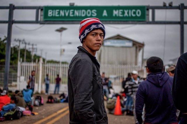 Archivo - Un migrante en la frontera entre México y Guatemala.