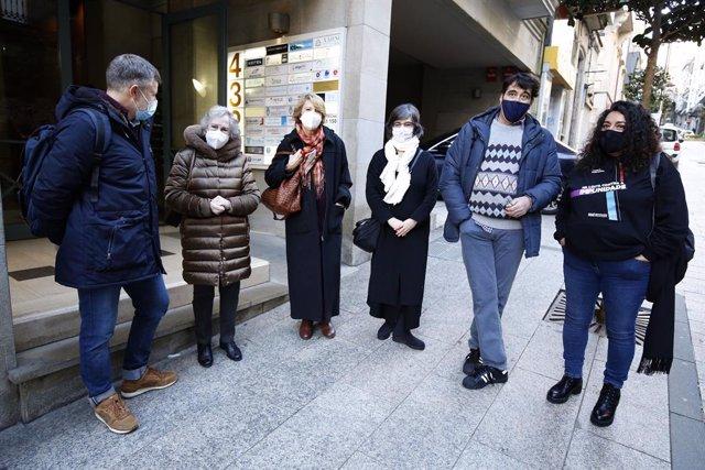 Archivo - Familiares de represaliados por el  régimen franquista ante el Consulado de Argentina en Vigo, con motivo de la presentación de sus denuncias para adherirse a la llamada 'querella argentina' por crímenes de lesa humanidad.