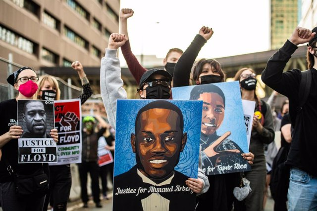 29 March 2021, US, Minneapolis: People take part in a protest in downtown Minneapolis, on the first day of the trial of former officer Derek Chauvin over the killing of George Floyd. Floyd is an African American man killed during an arrest in Minneapolis