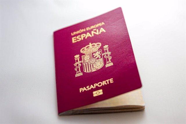 Archivo - Un pasaporte español sobre una mesa.