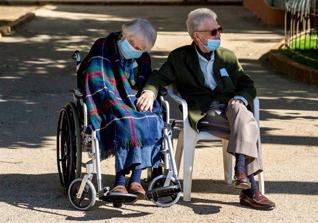 Una pareja de ancianos de la residencia de Sra. de la Consolación, en Sevilla.