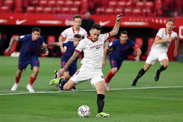 Lucas Ocampos lanza un penalti en el Ramón Sánchez-Pizjuán