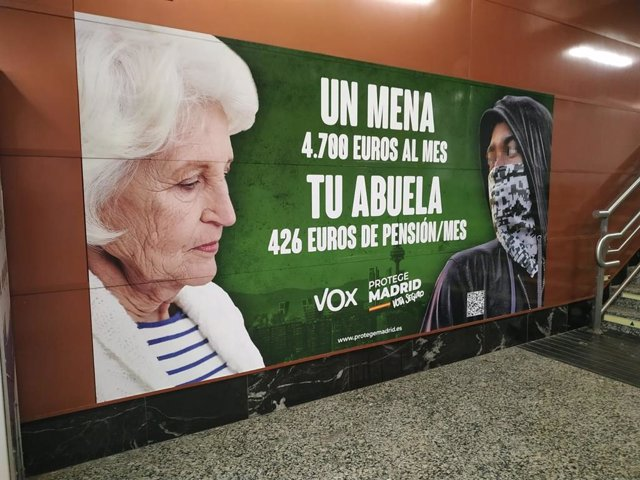 Cartelería electoral de Vox en la estación de tren de Sol