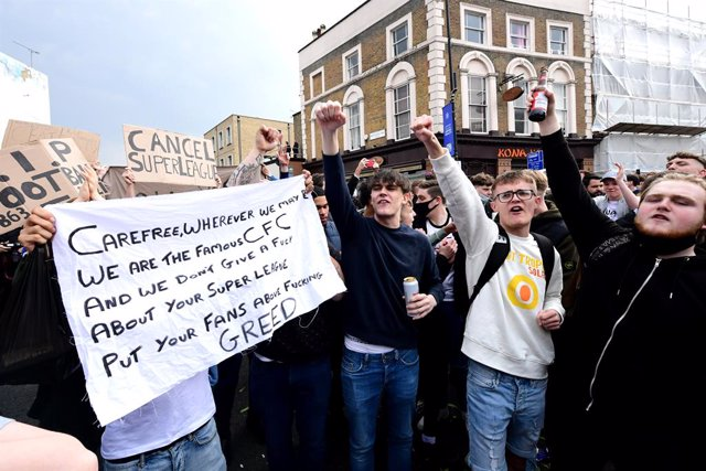20 April 2021, United Kingdom, London: Fans protest against Chelsea's involvement in the new European Super League outside Stamford Bridge. Photo: Ian West/PA Wire/dpa