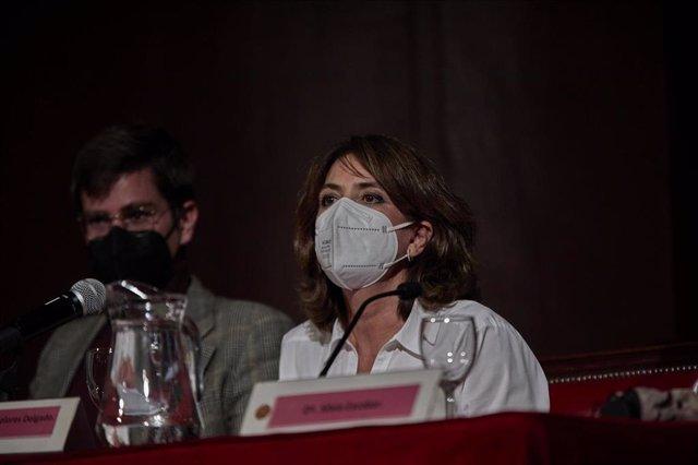 El presentador del acto, Antoni Benito y la fiscal general, Dolores Delgado durante la ponencia 'La Fiscalía en la Sociedad Democrática' en el Ateneo de Madrid, a 20 de abril de 2021, en Madrid (España).