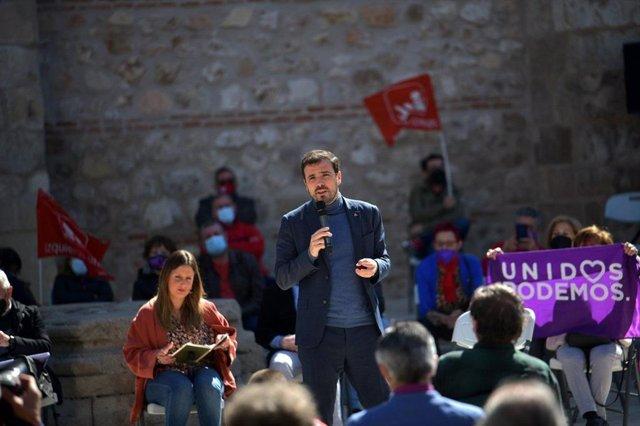 Imagen del ministro de Consumo y coordinador federal de IU, Alberto Garzón, durante un acto electoral de Unidas Podemos para las elecciones del 4M