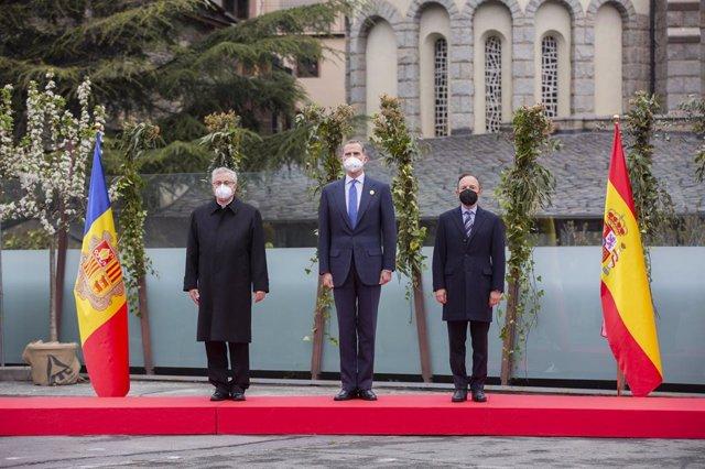 El Rey Felipe VI, el jefe de Gobierno de Andorra, Xavier Espot y el copríncipe episcopal de Andorra, Joan-Enric Vives, en la XXVII Cumbre Iberoamericana de Jefes de Estado y de Gobierno