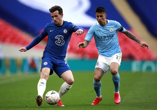 17 April 2021, United Kingdom, London: Chelsea's Ben Chilwell (L) and Manchester City's Ferran Torres battle for the ball during the English FA Cup semi-final soccer match between Chelsea FC and Manchester City at Wembley Stadium. Photo: Ian Walton/PA Wir