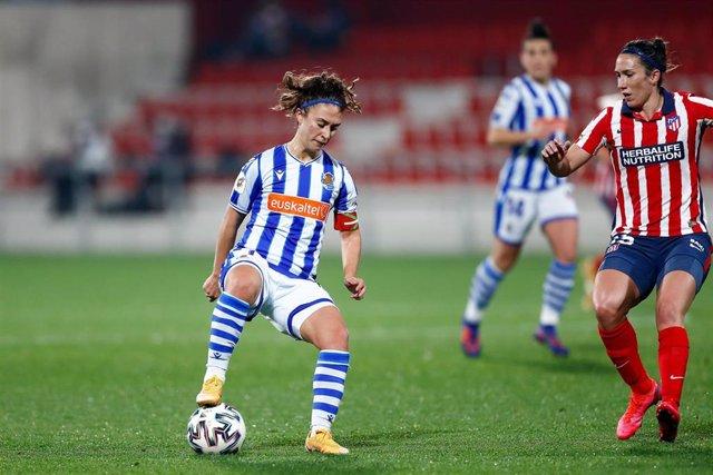 Archivo - Nahikari Garcia ante Silvia Meseguer en el Atlético de Madrid-Real Sociedad de la Primera Iberdrola 2020-2021