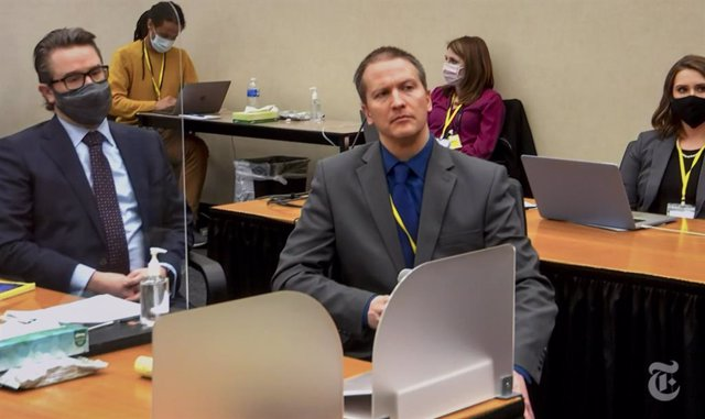 Derek Chauvin (derecha) junto a su abogado en el juicio por el asesinato de George Floyd.