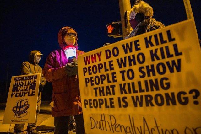 Manifestación en contra de la pena capital celebrada en la localida de Bloomington, en Indiana, Estados Unidos.