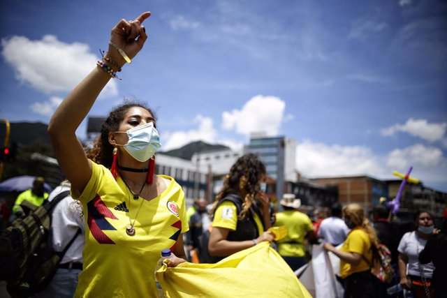 19 April 2021, Colombia, Bogota: Demonstrators shout slogans during a protest called by entertainment industry workers against corona-related restrictions. Photo: Sergio Acero/colprensa/dpa