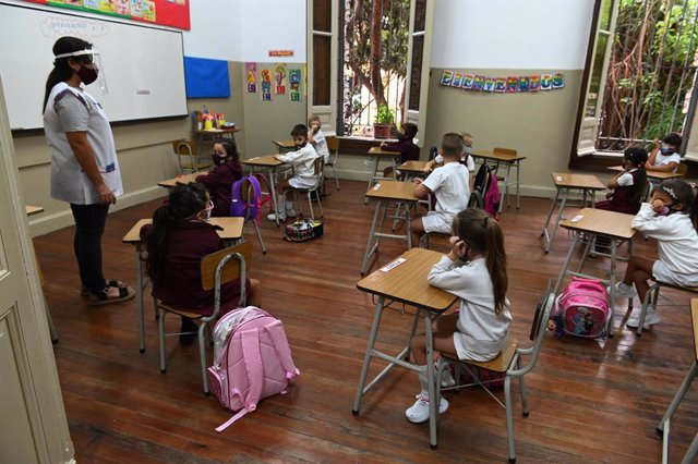 Archivo - 15 March 2021, Argentina, Rosario: Children are seen wearing face masks as they sit in a classroom. In some Argentine regions, partial attendance classes have resumed after a year of corona-related closures. Photo: Sebastian Granata/telam/dpa